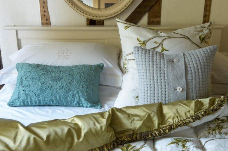 Vintage style quilt and bedding